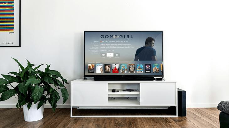 smart televisie met keuzemenu voor verschillende films